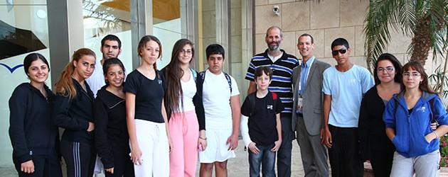 עופר קרן וקבוצת ילדי בית הספר גולדווטר שבאילת בכניסה לכנס אילת-אילות צילום: גונן גלין